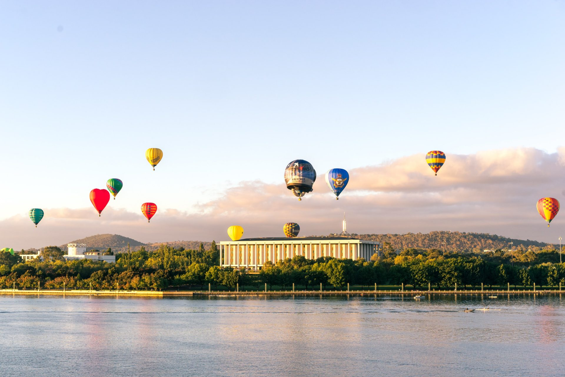Picture of hot air balloons above Lake Burley Griffin